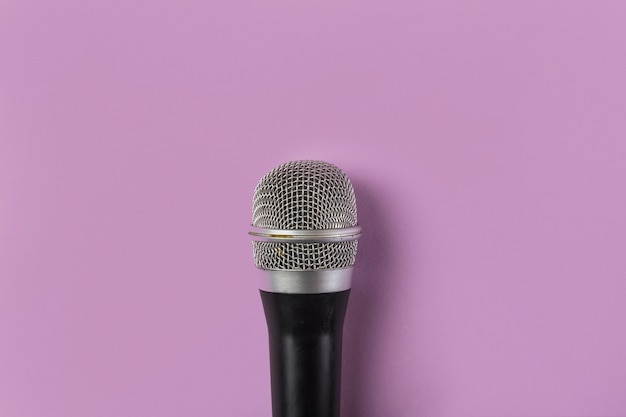Vue aérienne, microphone, fond rose