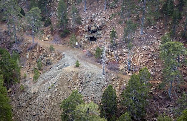 Vue aérienne de la mine de chromite hadjipavlou abandonnée dans les montagnes troodos, chypre