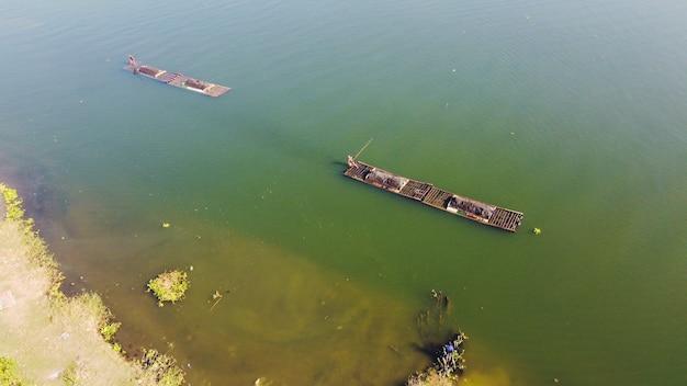 Vue aérienne des mineurs de sable traditionnels sur la rivière opak