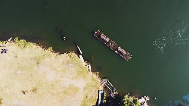 Vue aérienne des mineurs de sable traditionnels sur la rivière