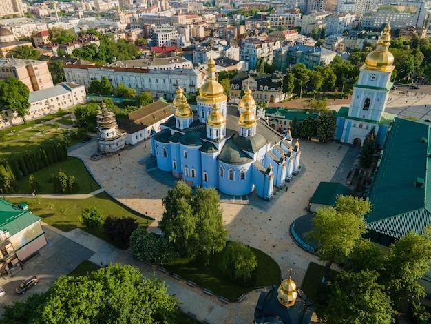 Vue aérienne d'un monastère au dôme doré de st michaels de drone à kyiv