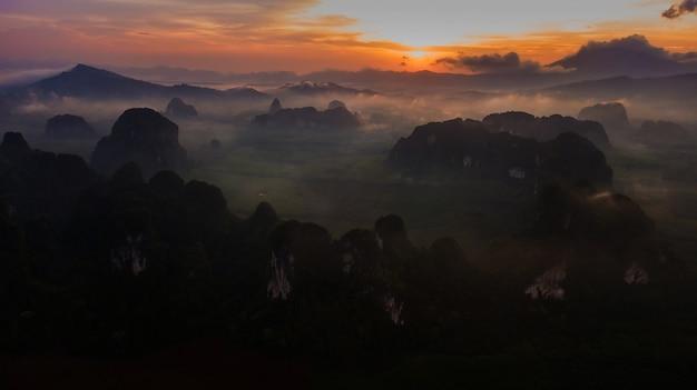 Vue aérienne de montagne au crépuscule, krabi, thaïlande