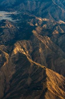 Vue aérienne de la montagne brune