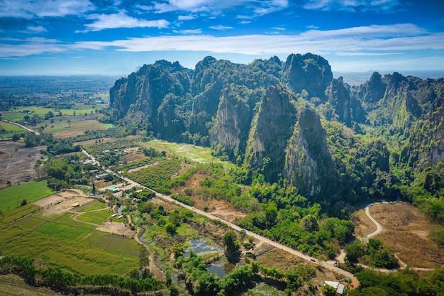 Vue aérienne de la montagne calcaire et du champ de riz dans le district de noen maprang, phitsanulok, thaïlande.