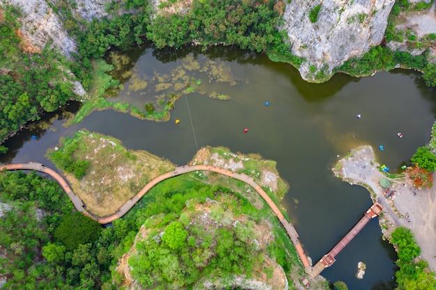 Vue aérienne sur la montagne de khao ngoo ou la montagne de serpent sont haute falaise