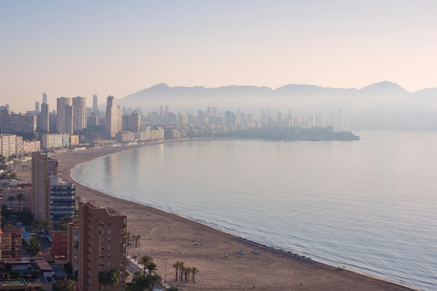 Vue aérienne de la montagne de la ville de benidorm, espagne prise tôt le matin lorsque la ville est couverte de brouillard