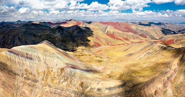 Vue aérienne des montagnes arc-en-ciel de palccoyo au pérou