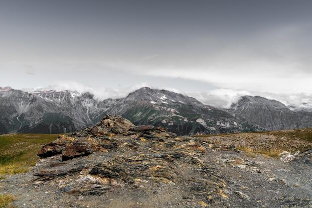 Vue aérienne de montagnes et de rochers à colle dell'assietta avec ciel et nuages