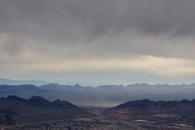Vue aérienne de montagnes sous un ciel nuageux