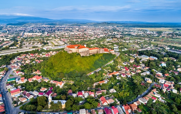 Vue aérienne de moukatchevo avec le château de palanok à transcarpatie, ukraine
