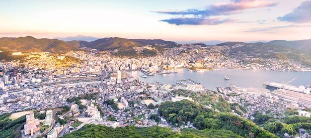 Vue aérienne de nagasaki, ville du japon. vue sur le paysage urbain moderne depuis le mont inasa