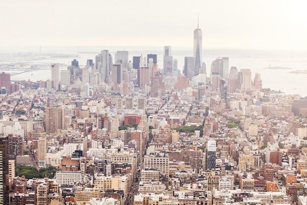 Vue aérienne de new york par temps nuageux