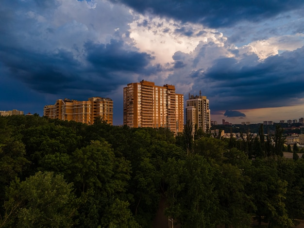 Vue aérienne sur les nuages de pluie au coucher du soleil sur la ville
