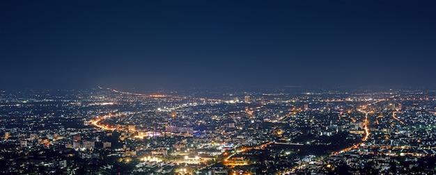 Vue aérienne nuit de la ville du point de vue au sommet de la montagne, chiang mai, thaïlande