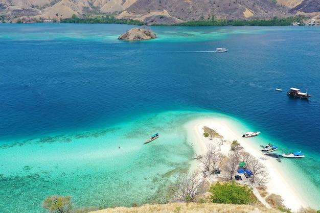 Vue aérienne de l'océan et de l'île avec plage de sable blanc avec parking bateaux à labuan bajo indonésie