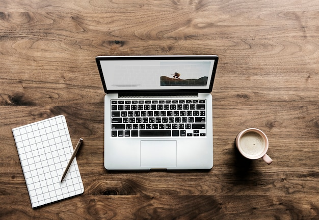 Vue aérienne de l'ordinateur portable sur le concept d'espace de travail de table en bois