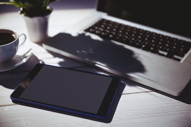 Vue aérienne d'un ordinateur portable et d'une tablette