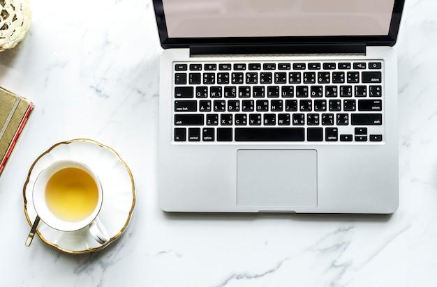 Vue aérienne, de, ordinateur portable, et, a, tasse thé