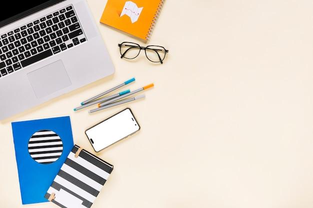 Vue aérienne, de, ordinateur portable, et, téléphone portable, à, papeterie, sur, arrière-plan coloré