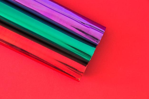 Vue aérienne de paillettes papiers d'emballage sur fond rouge