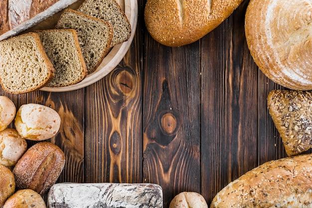 Vue aérienne des pains frais et sains sur la table