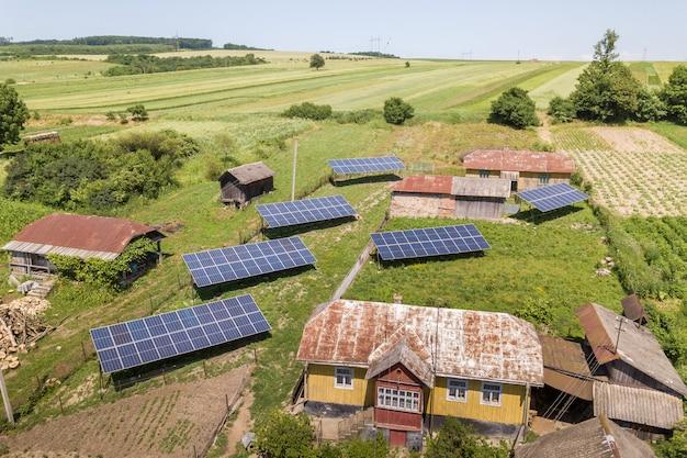 Vue aérienne de panneaux solaires dans une région rurale