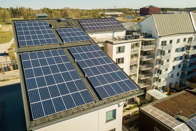 Vue aérienne de panneaux solaires photovoltaïques sur le toit d'un immeuble résidentiel