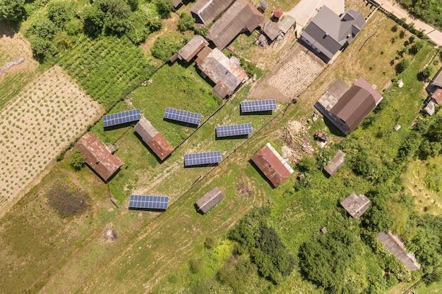 Vue aérienne de panneaux solaires en zone rurale.