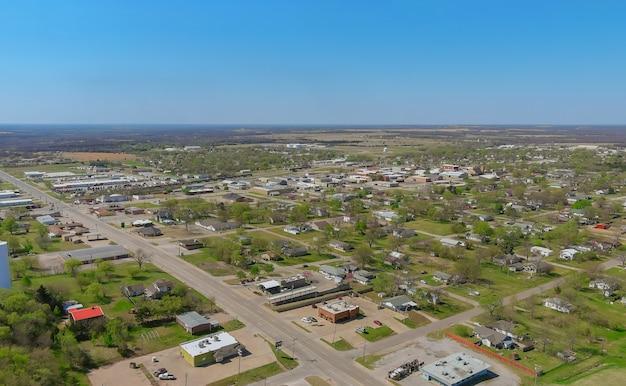 Vue aérienne panorama d'une petite ville de stroud ville de quartier résidentiel au développement de banlieue avec un oklahoma usa