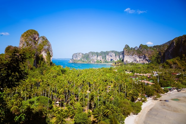 Vue aérienne sur le panorama de la plage de railay dans la province de krabi océan deux plages tropicales avec hôtels