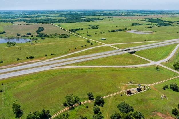 Vue aérienne panorama de la route historique d'origine près de la pompe à huile dans la campagne à travers cl...