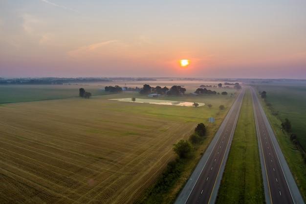 Vue aérienne panoramique avec beau matin brumeux de paysage de lever de soleil brumeux au pré pittoresque