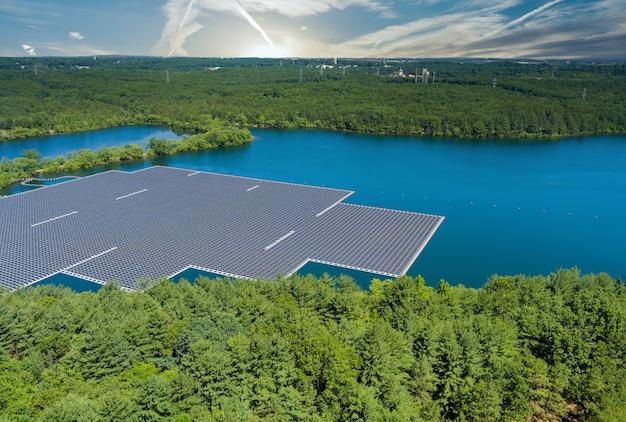 Vue aérienne panoramique du système de plate-forme de parc de cellules de panneaux solaires de ferme flottante sur le lac