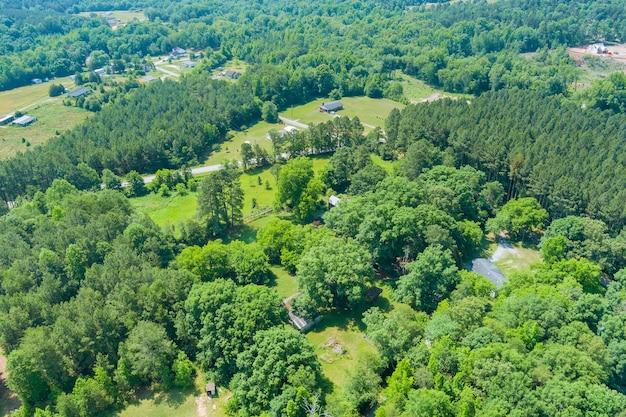 Vue aérienne panoramique de la forêt d'arbres verts d'été dans la ville de campobello, caroline du sud usa