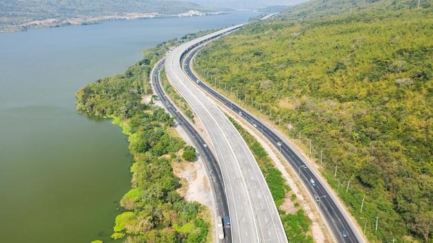 Vue aérienne panoramique de la grande autoroute, vue de dessus du drone de la route et de la montagne de la forêt verte en thaïlande