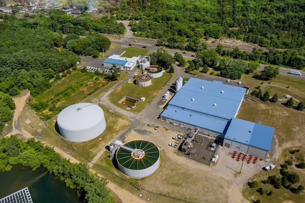 Vue aérienne panoramique sur les installations de traitement des eaux usées des réservoirs d'épuration des eaux d'aération