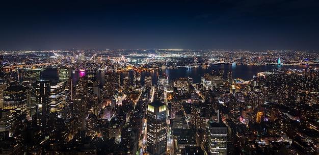 Vue aérienne panoramique de manhattan, new york, dans la nuit