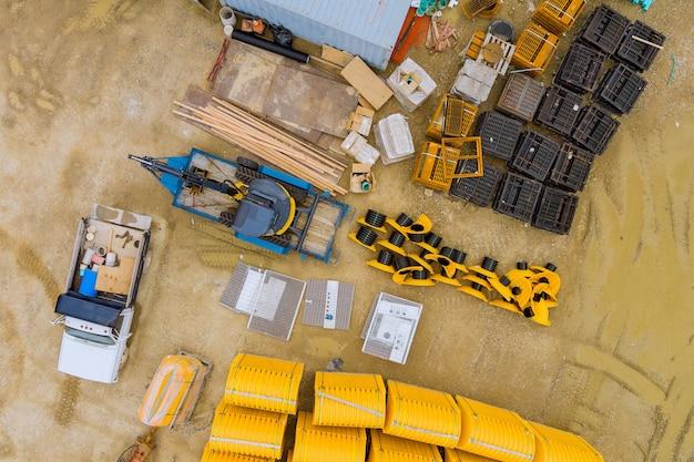 Vue aérienne panoramique des travaux de préparation du terrain en construction dans la pose du système de drainage des eaux pluviales