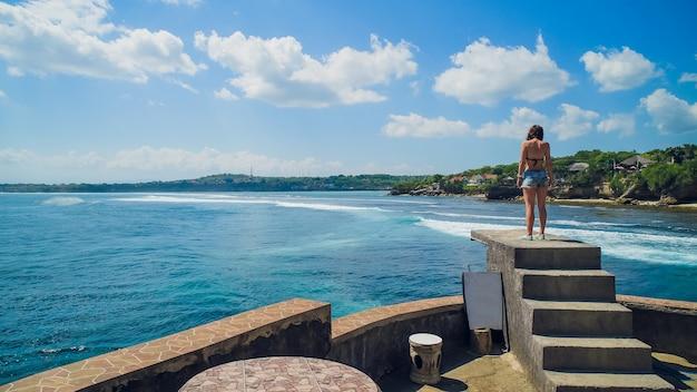 Vue aérienne de papakolea green sand beach, mahana point surf place jeune femme à broken beach.