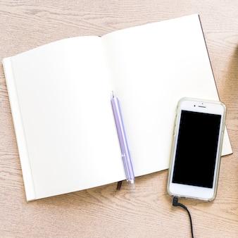 Vue aérienne, de, papier blanc, à, stylo, et, téléphone portable, sur, table bois
