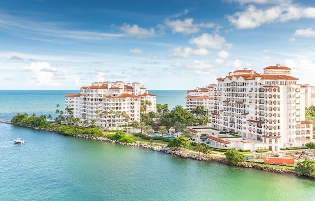 Vue aérienne par drone d'appartements à fisher island
