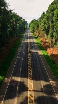 Vue aérienne de paysage d'arbre ou de forêt et de route, krabi thaïlande - image
