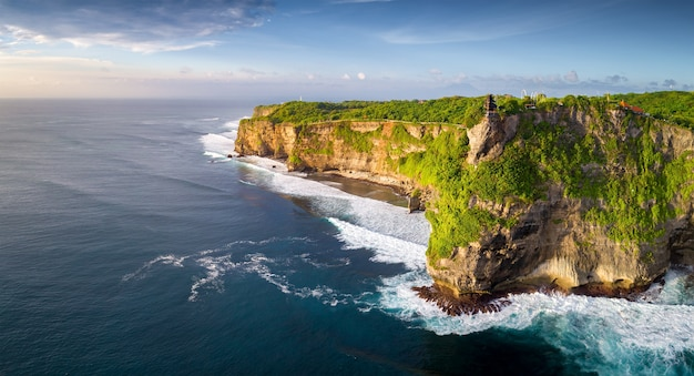 Vue aérienne: paysage au temple d'uluwatu, bali, indonésie