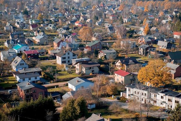 Vue aérienne de paysage d'automne de la ville de sigula lettonie vue aérienne de dessus regarder vers le bas journée ensoleillée