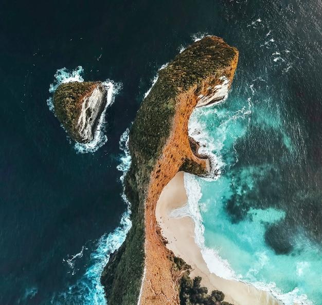 Vue aérienne, de, paysage, à, kelingking, plage, nusa, penida, île, bali, indonésie