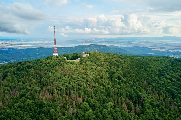 Vue aérienne de paysage de montagne de sleza des montagnes avec la forêt