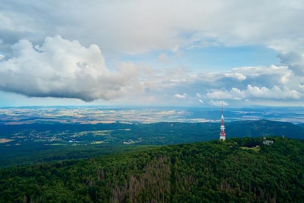 Vue Aérienne De Paysage De Montagne De Sleza Des Montagnes Avec La Forêt Photo Premium