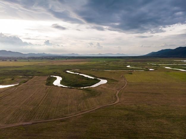 Vue aérienne de paysage pittoresque de la rivière et du bassin sur le terrain contre une montagne naturelle