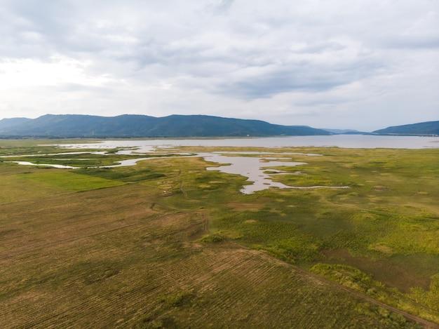 Vue aérienne de paysage pittoresque de la rivière et du bassin sur le terrain