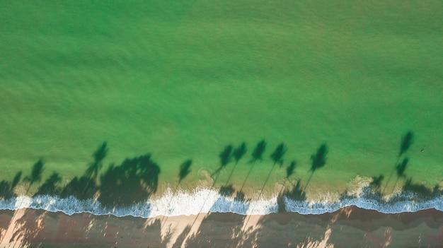 Vue aérienne de paysage de plage ou bord de mer, krabi en thaïlande.